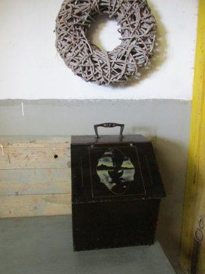 Oude zwarte metalen kolenbak