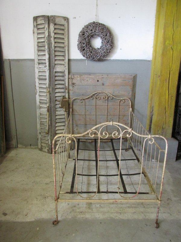Oud Brocant Bed.Brocant Junior Antiek Gietijzeren Bed In Originele Verf