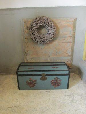 Kleine oude hutkoffer in oudblauw