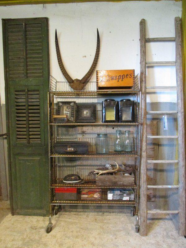 oud winkelrek metaal op wielen