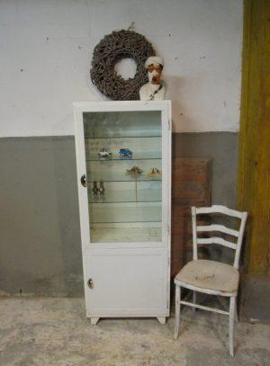 oude medicijnenkast ziekenhuiskast glas .jpg