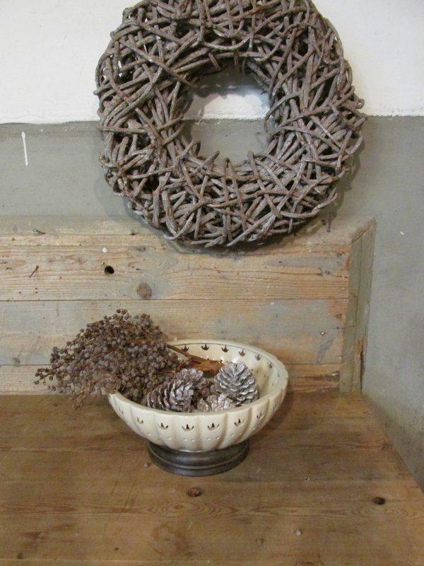 Bewerkte schaal op houten voet
