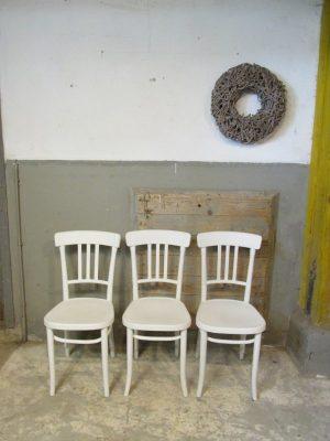 Brocante oude witte stoel
