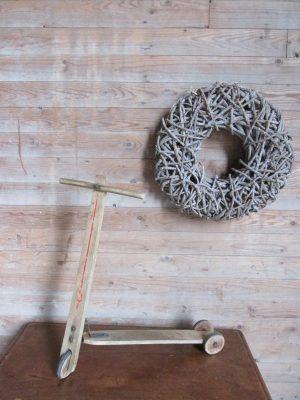 Oude houten step met houten wielen