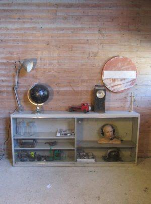 oude metalen schoolkast schuifdeuren.jpg