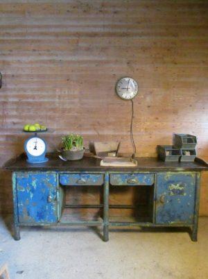 grote oude ijzeren werkbank