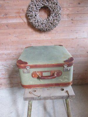 Oude koffer, stof met leer in het groen 57 x 47.5 cm