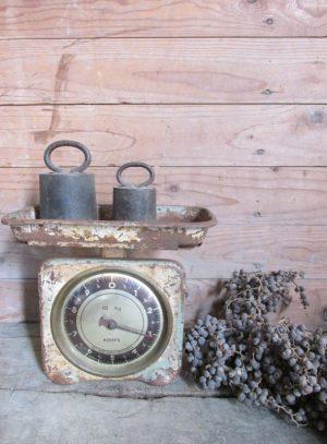 Oude brocante weegschaal van Krups