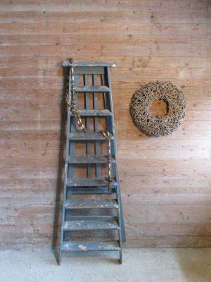 Oude trap in het blauw, oude verf