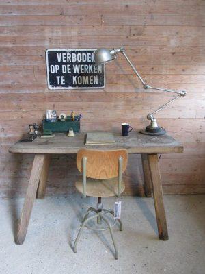 Oude houten tafel, als bureau bijvoorbeeld