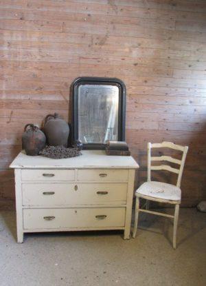 oude witte ladekast