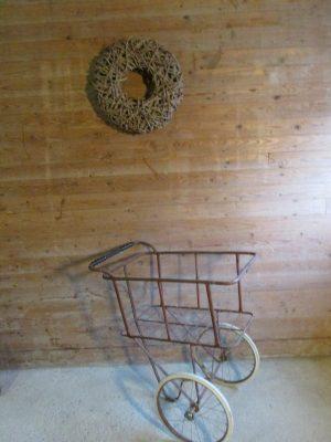 Oude ijzeren kar op wielen