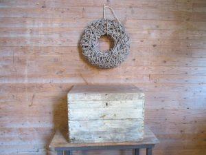 Oude kist in de oude verf met handvaten