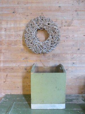 Oude open groene kist met handvaten