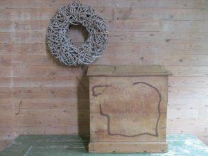 Oude bewerkte kist met schuin deksel