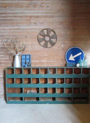 oude houten vakkenkast winkelkast in de oude verf.jpg