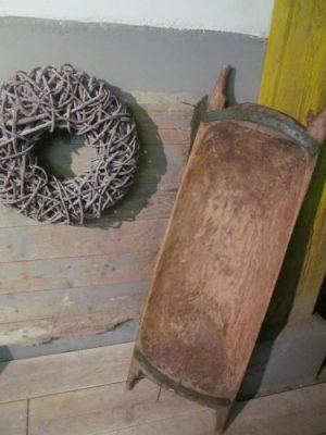 Antieke trog met groene metalen band