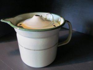 Creme melkkoker met groene rand