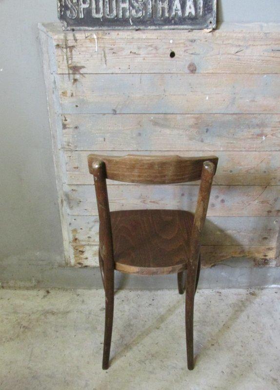 Oude houten cafestoel in originele staat