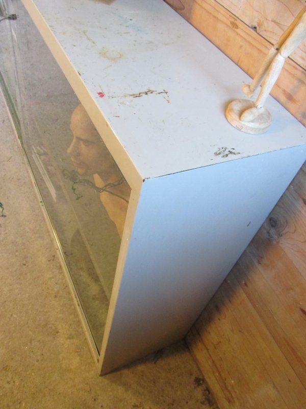 Vintage schoolkast met glazen schuifdeuren