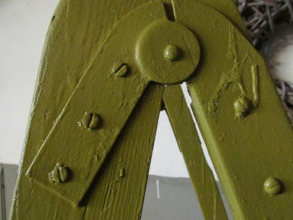 Grote oude houten trap in originele verf