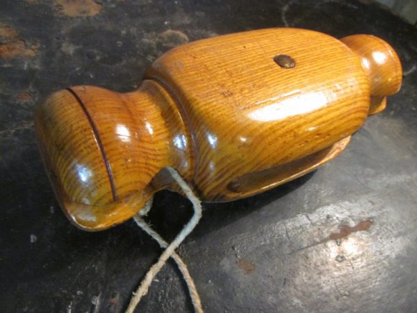 Oude houten katrol, lichtbruin,d