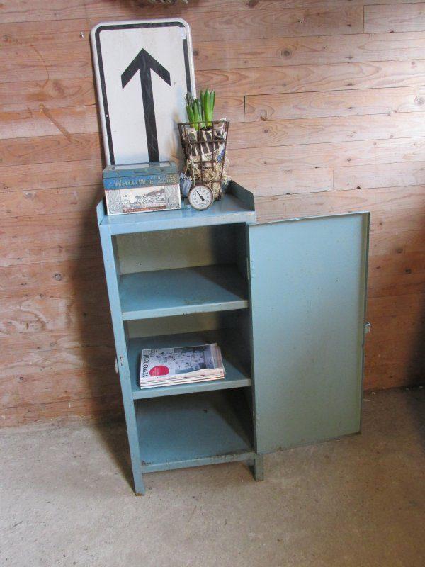 Oude kleine stalen locker kast in het blauw
