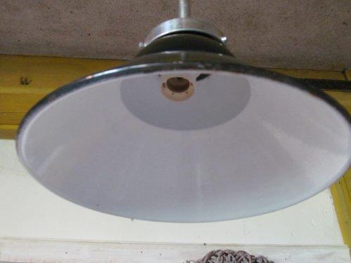 Oude emaille fabriekslamp met stang