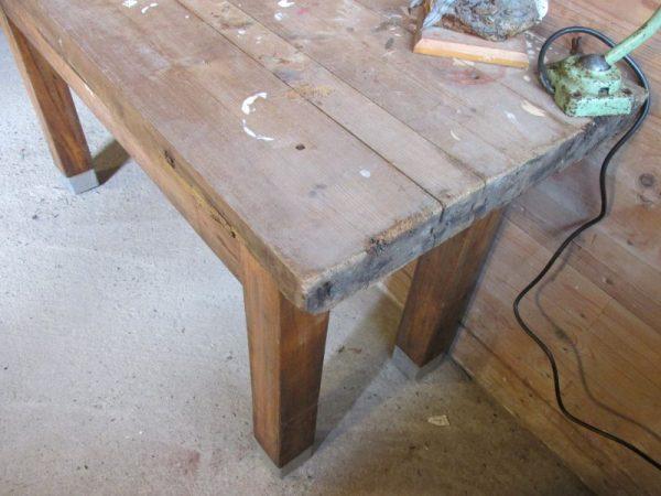 Oude houten werkbank met lade, als sidetable of tv tafel
