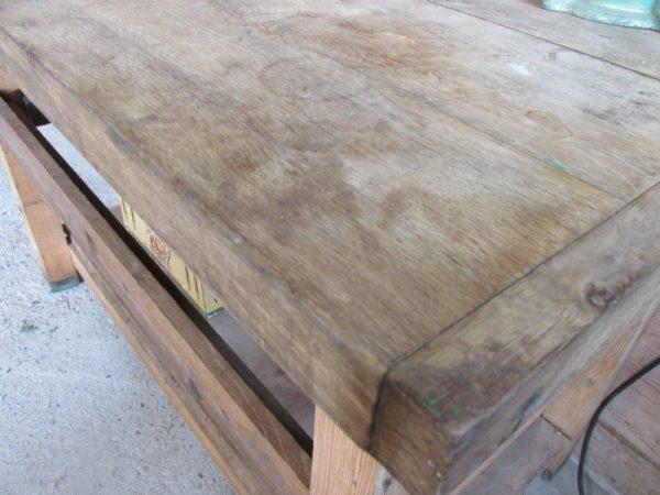 Oude houten werkbank met dik beuken blad