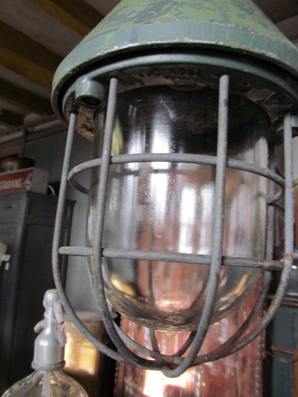 Oude industriele bully lamp op stang, groen