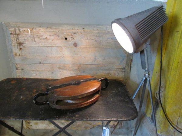 Oude hele grote houten katrol b