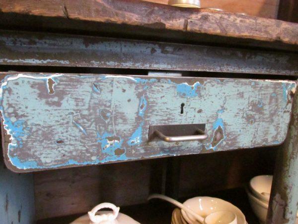 Grote oude ijzeren werkbank met houten blad