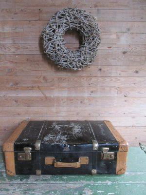 oude-grote-zwarte-metalen-koffer