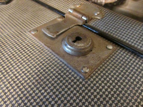 Oude koffer in het grijs tweed, 65.5 x 39 cm