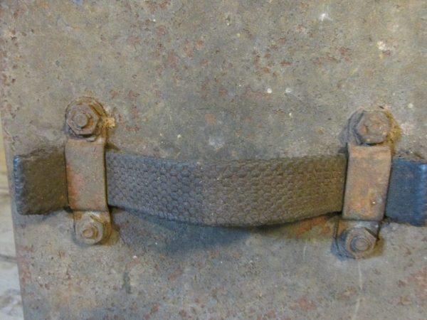 Oud metalen legerkistje met afsluitbaar deksel