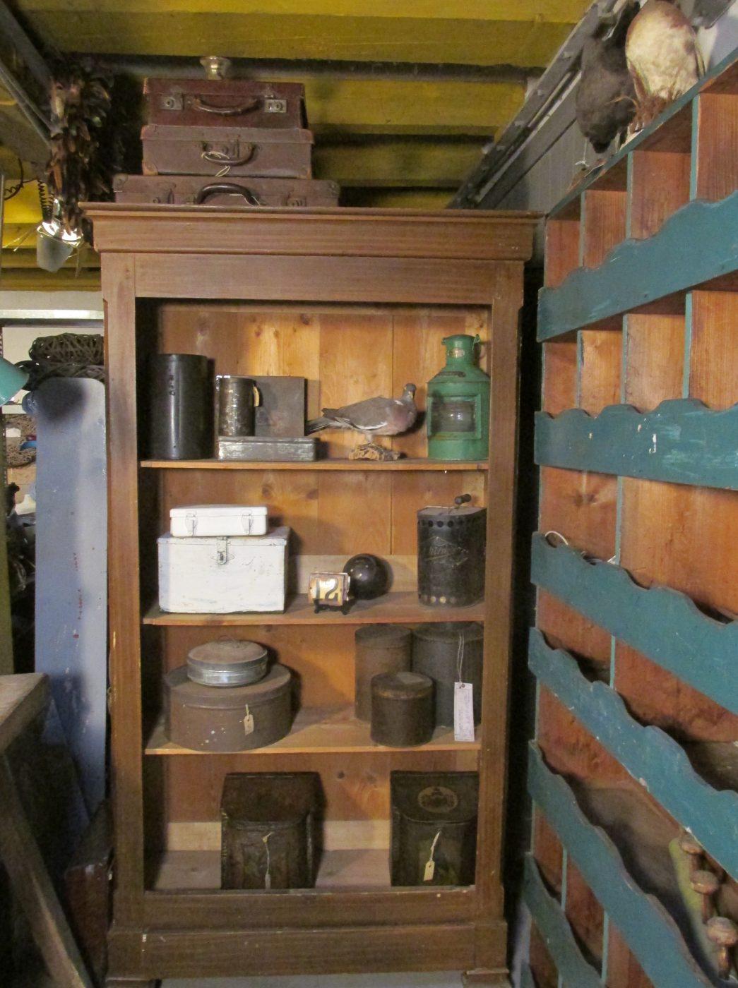 Antieke Sobere Open Kast Met Planken En Lade
