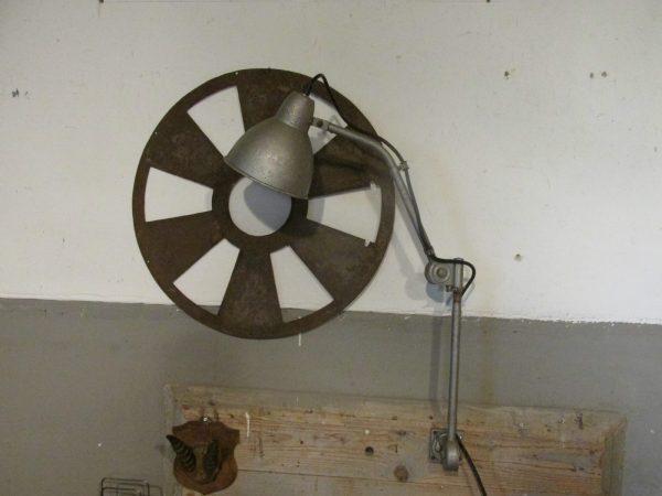 Oude industriële Hala machine lamp in het grijs