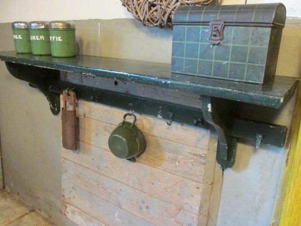 Oud donkergroen regaal of keukenrek