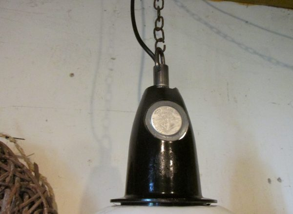 Oude industriële hang lamp, wit emaille met bakeliet