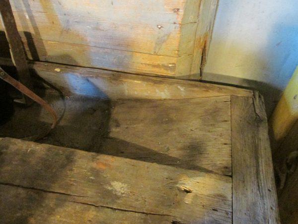 Oude houten werkbank met onderplank