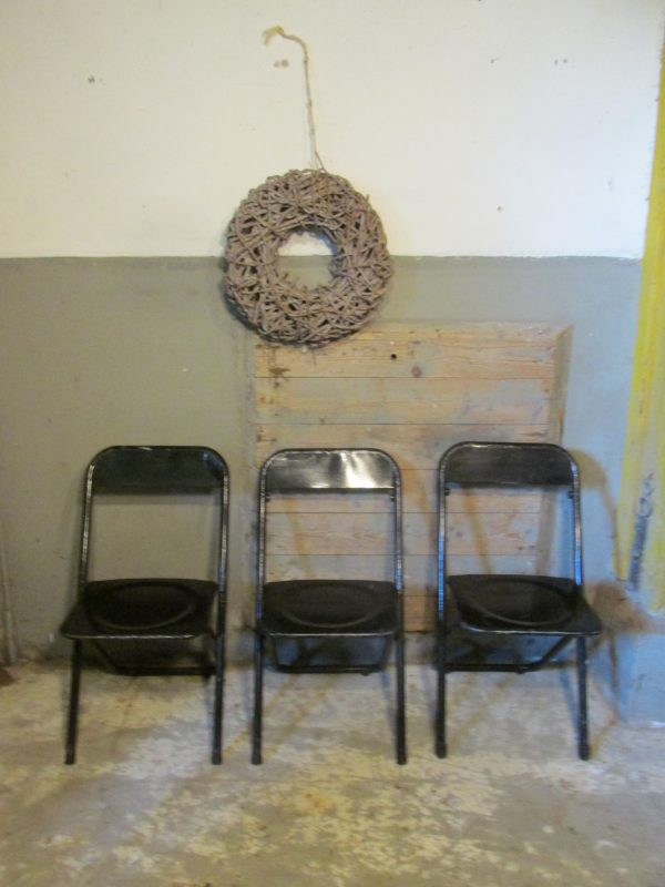 oude-zwarte-inklapbare-zwarte-stoelen