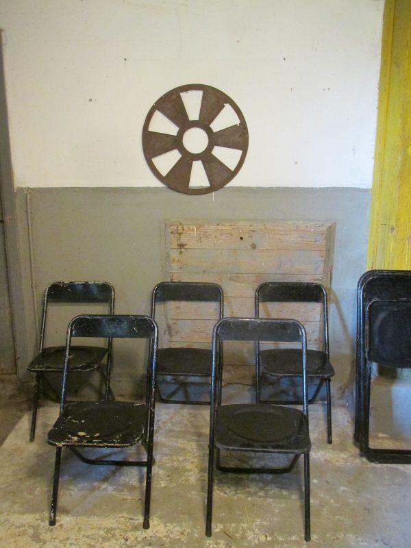 oude-inklapbare-stoelen-zwart-metaal