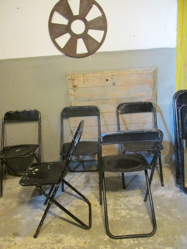 oude-metalen-stoelen-inklapbaar-zwart