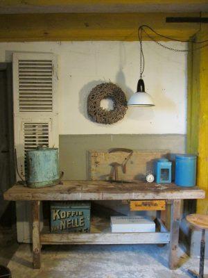 oude-houten-werkbank-met-lade