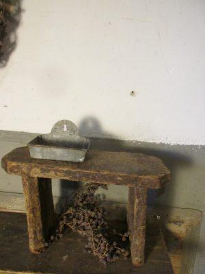 stoer-oud-zeepbakje-metaal