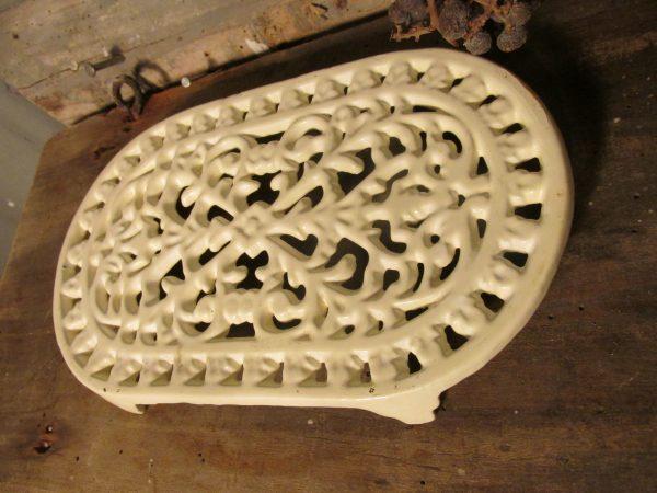 Ovale gietijzeren onderzetter in het wit