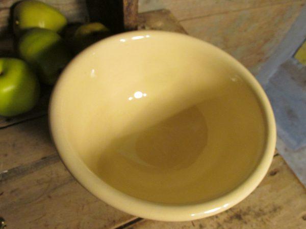 Oude schaal of beslagkom in vanille