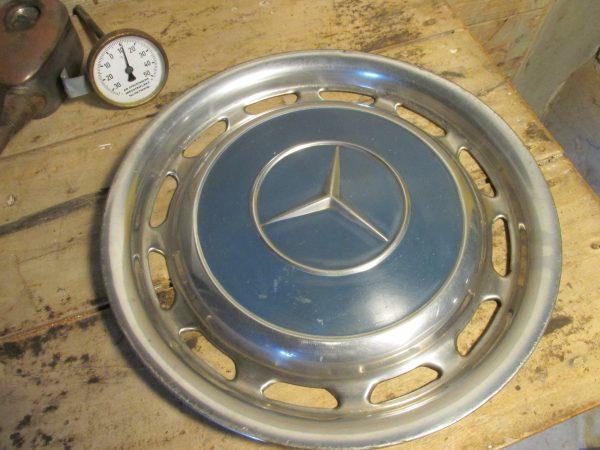 Oude wieldop van een Mercedes