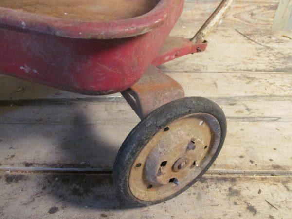 Oude speelgoed kar van metaal, rood